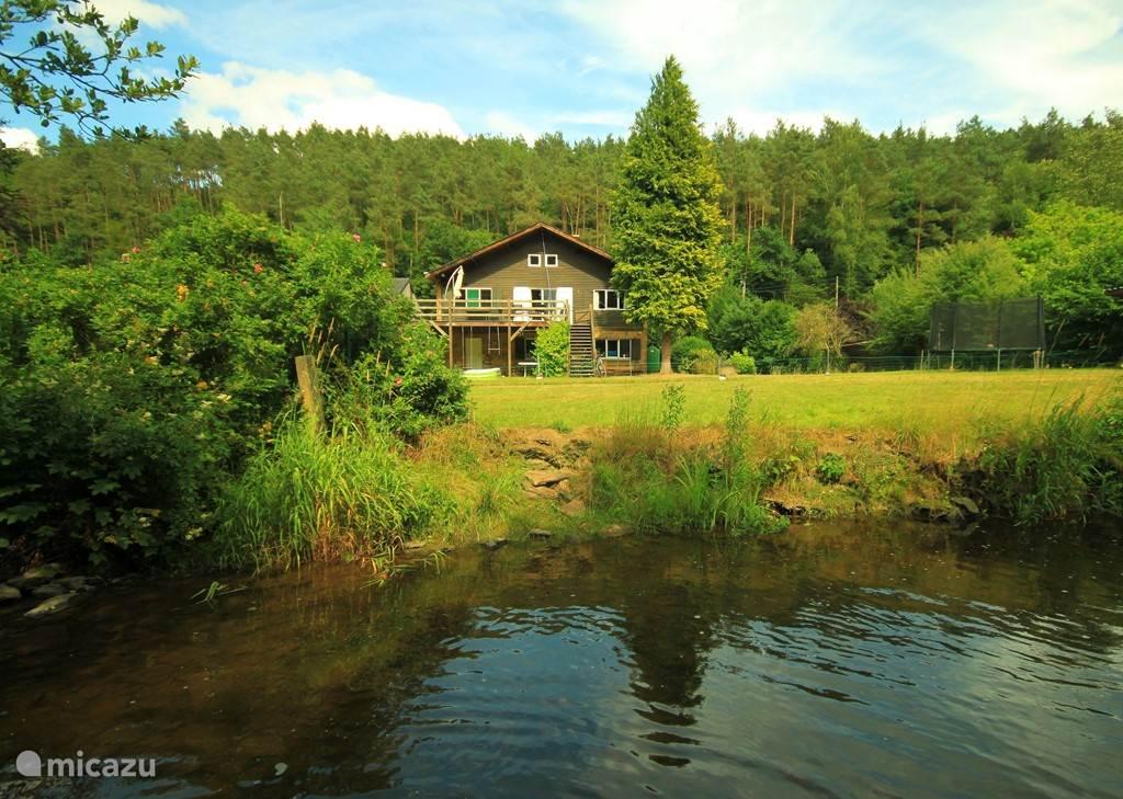 Een oase van rust aan het bos, bergen en rivier.