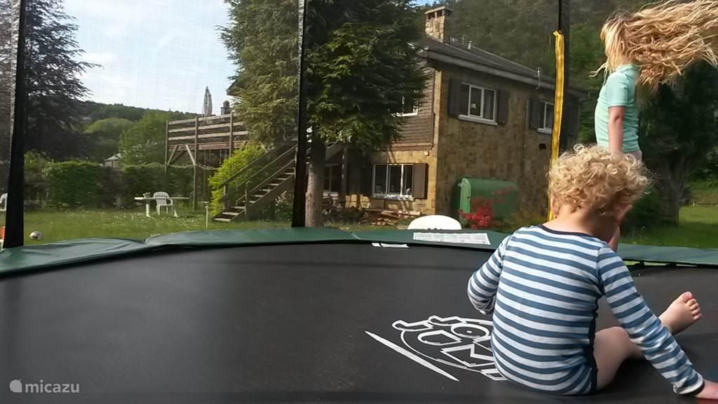 Springen op de 4 meter trampoline!