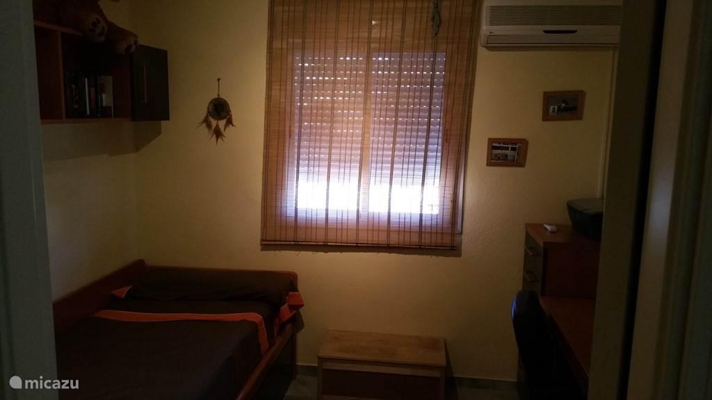 slaapkamer met bed plus uitschuifbaar logeerbed extra