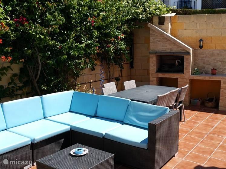 Tuin/terras met buitenkeuken voor BBQ
