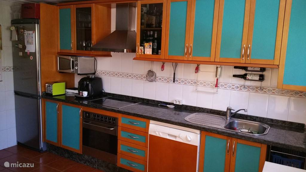 keuken met koelkast, diepvries en gekoelde waterautomaat. Eettafel met 6 stoelen