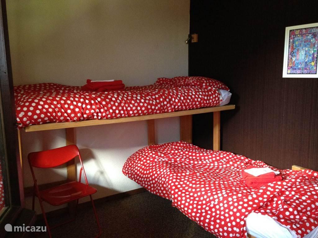 Drie tweepersoons slaapkamers, waarvan twee met twee losse bedden.