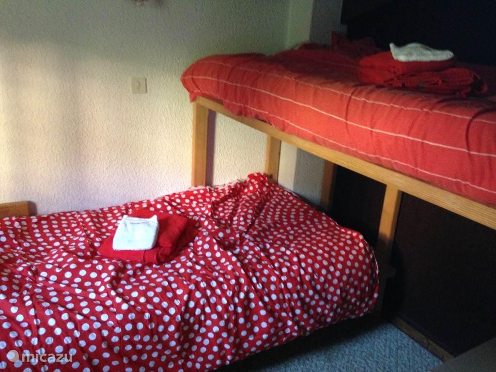 Derde slaapkamer met twee eenpersoonsbedden