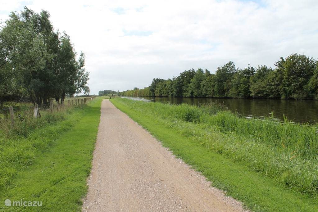 Fietsen en wandelen langs kanaaltjes (hier van Cadzand naar Damme)