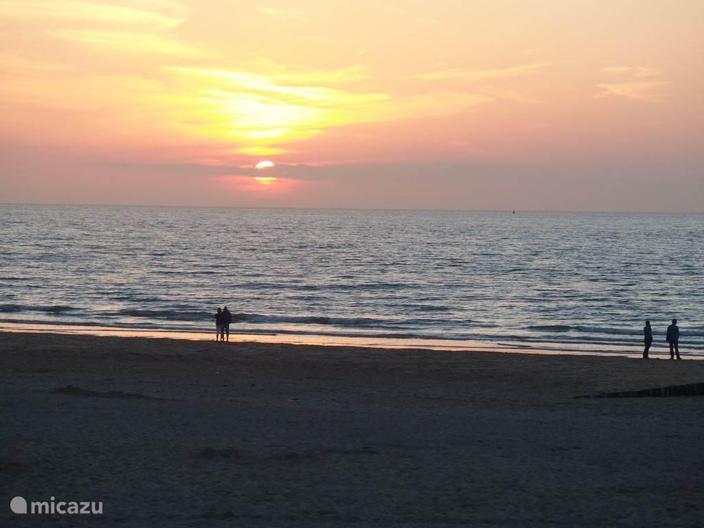 De zon zakt in de zee... prachtig