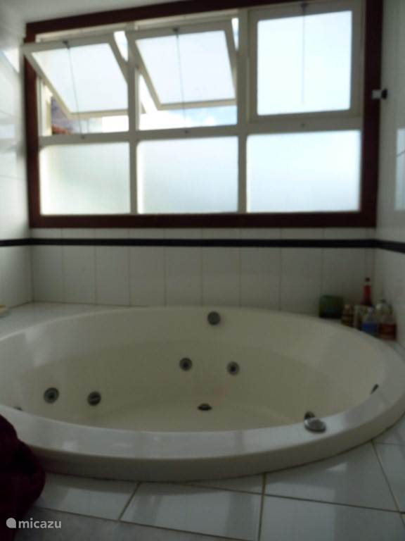 De privé badkamer is voorzien van een whirlpool.