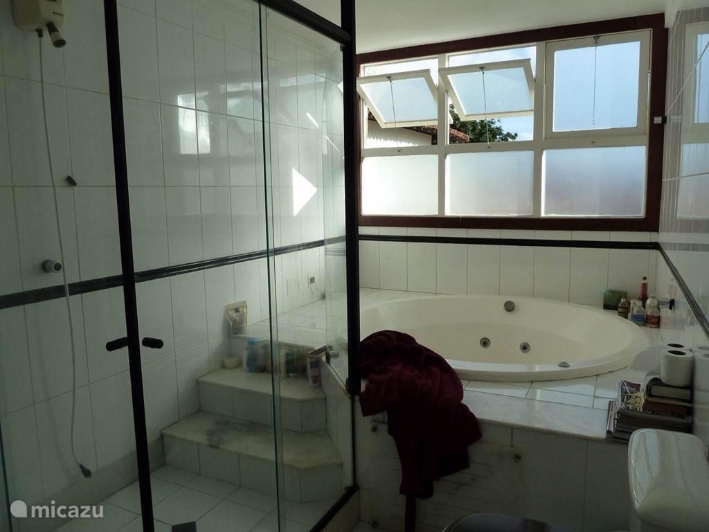 De privé badkamer gezien vanuit een andere positie.