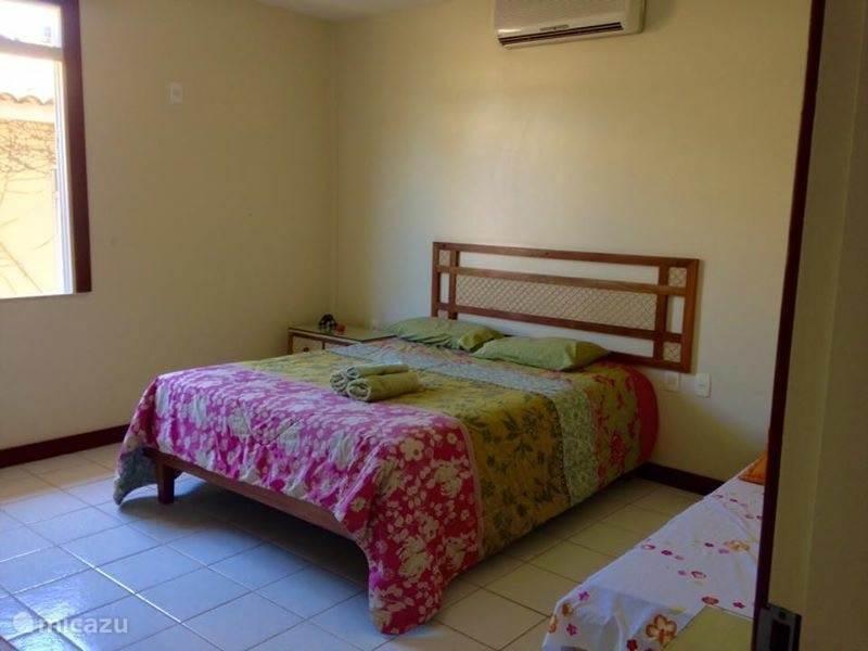 Op de eerste verdieping is een andere slaapkamer te vinden met een tweepersoonsbed en airco.
