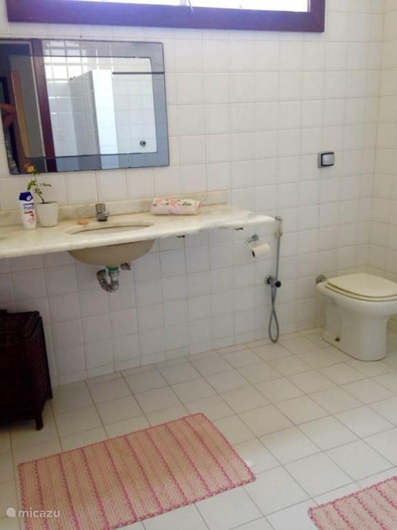 Op de eerste verdieping is een tweede en derde badkamer gesitueerd. Deze badkamer behoort tot de slaapkamer die bij de vorige foto is beschreven.