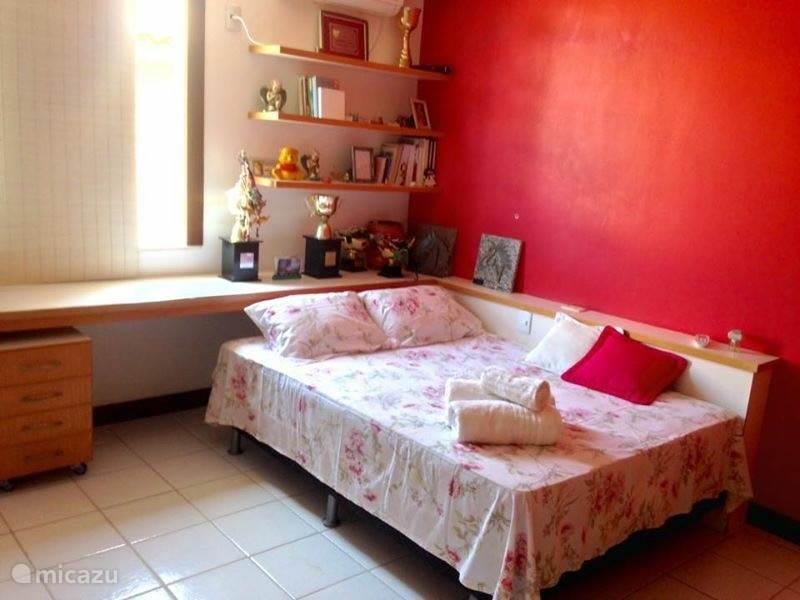 Hier de derde slaapkamer wat ook is voorzien van een tweepersoonsbed en airco.
