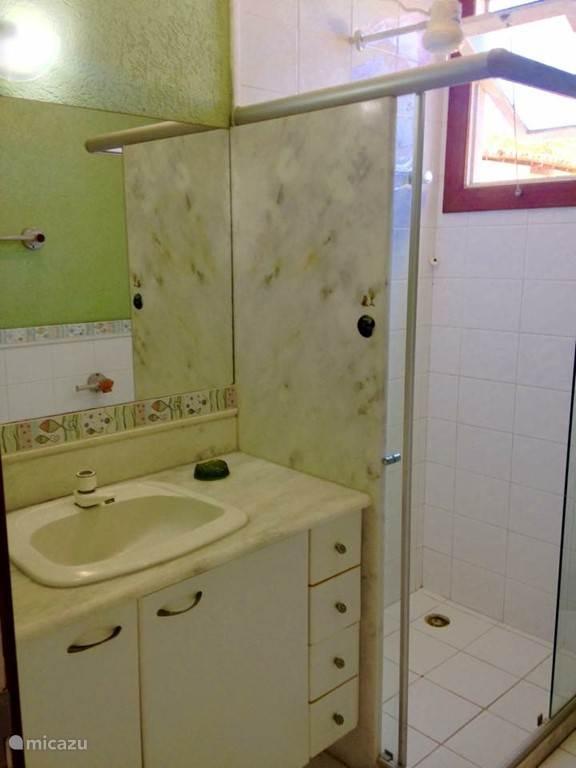 Hier ziet u de badkamer wat behoort tot de rose en de oranje slaapkamer.