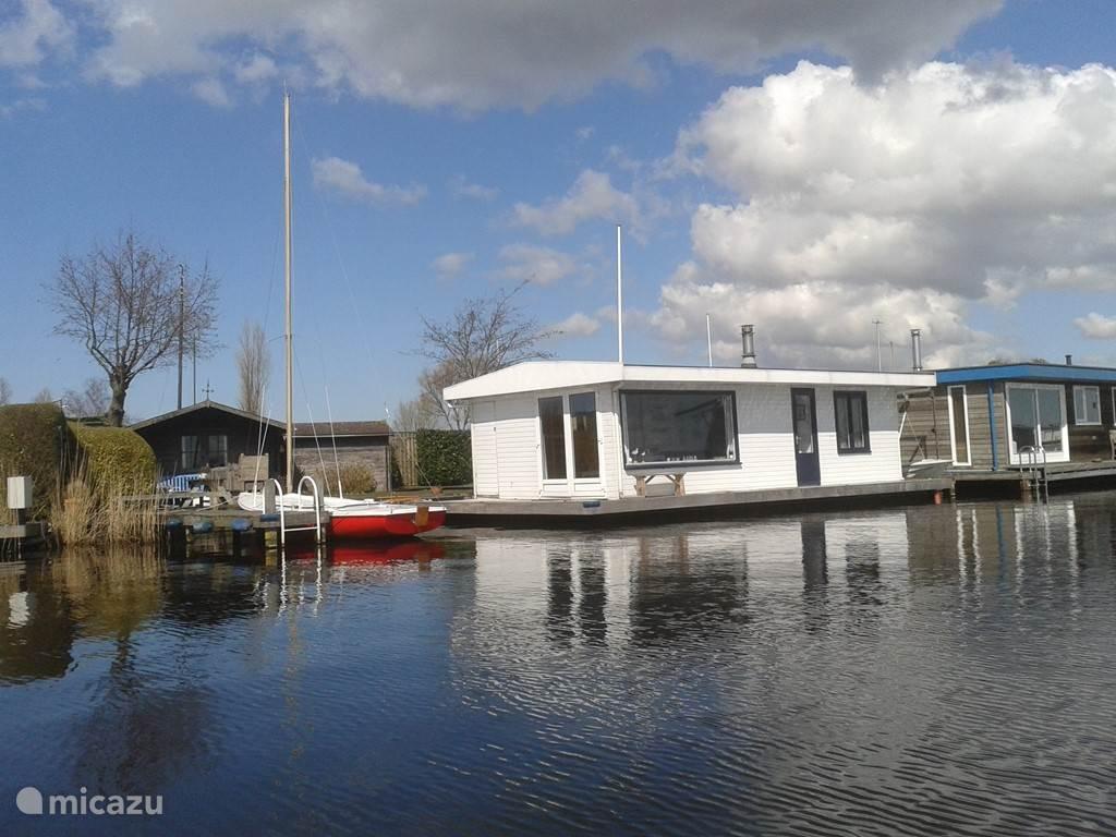 De woonboot met stijger aan het water