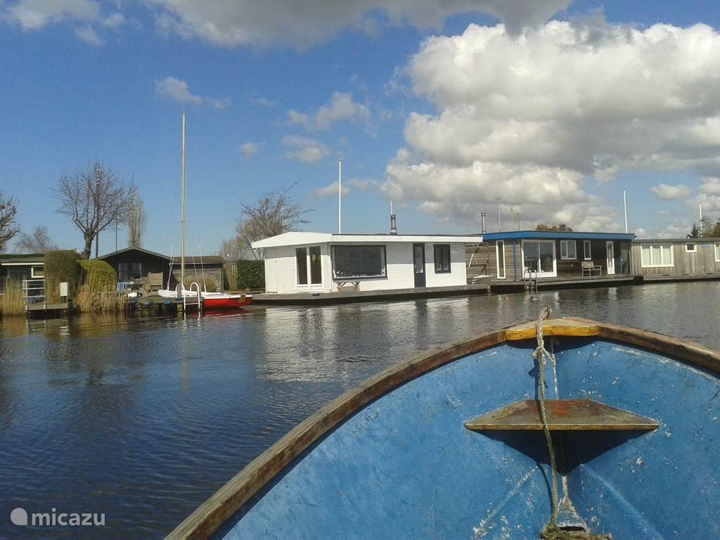 Naast de boot op in de tuin staat het chalet met 5 extra slaapplaatsen (2 op de boot)