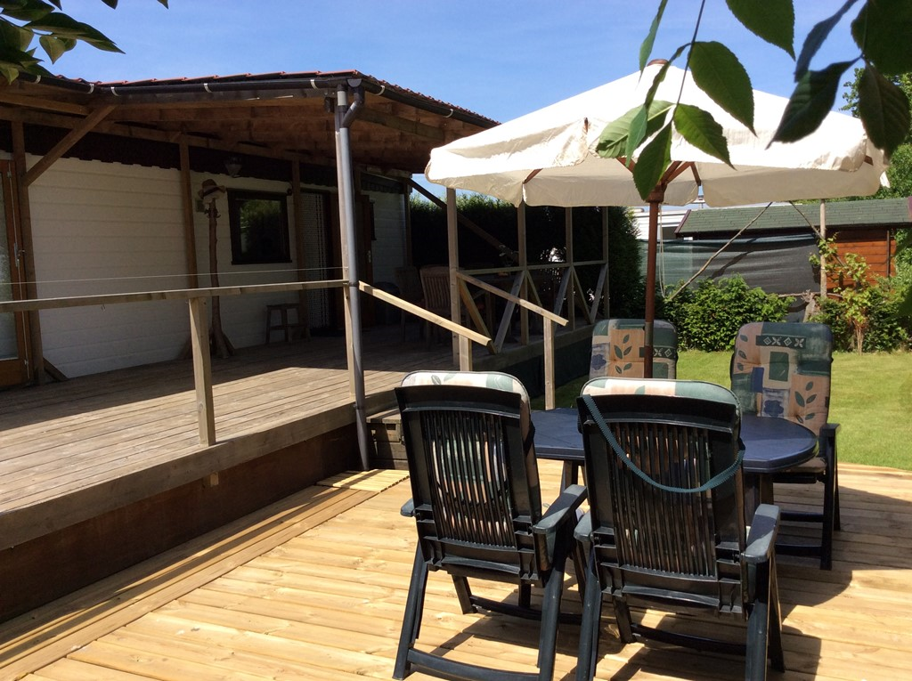10 % last minute korting van 6 juni tot 30 juni!  Nieuw: mooi nieuw houten zonneterras naast het gras. Mooi chalet met veranda in Zeeland.