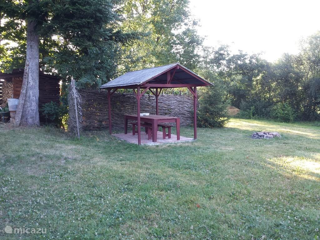 Overdekt terrasje waar je heerlijk kunt tafelen, barbequeen, etc.