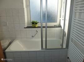 Vakantiehuis vakantiehuis pehlen manderscheid in manderscheid eifel duitsland huren - Badkamer met ligbad ...