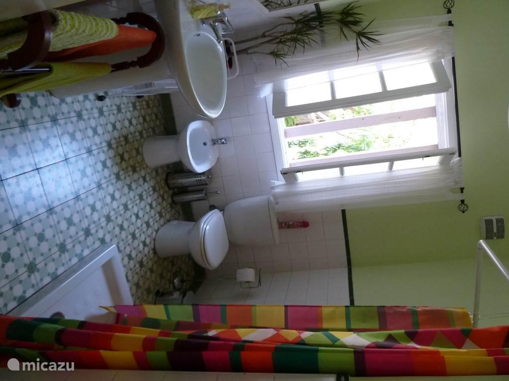 In de badkamer vindt u een ruime douche en de wasmachine.