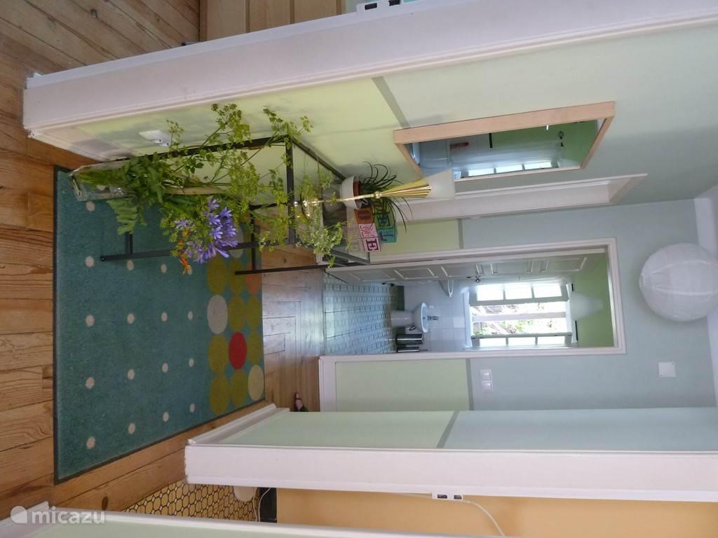 Alle ruimtes van het huis komen uit op deze gastvrije en uitnodigende hal.