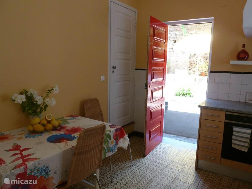 De volledig ingerichte keuken heeft tevens een uitgang naar het terras.