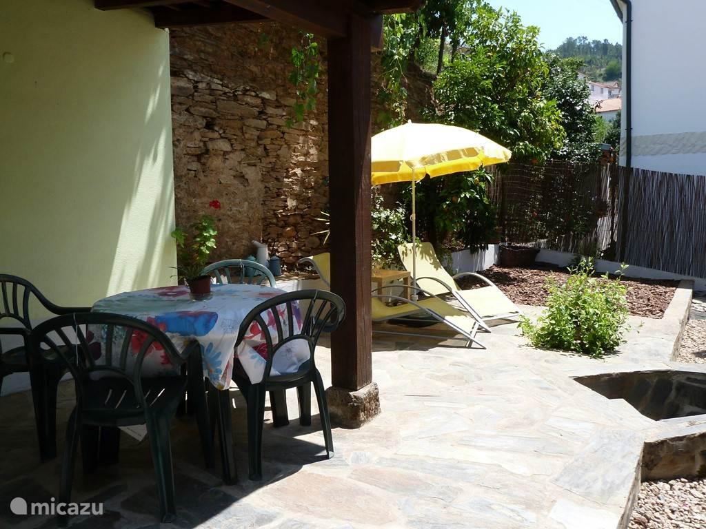 Het terras heeft een overgekapt gedeelte met BBQ.