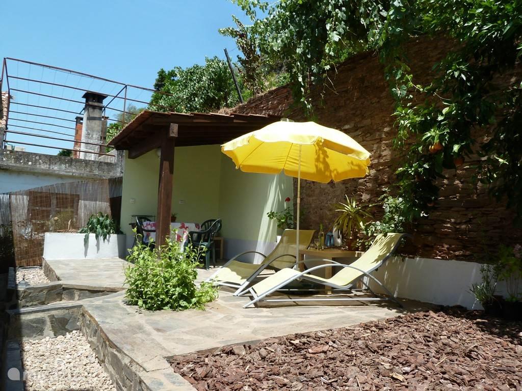 Het gezellige terras aan de achterkant van het huis.