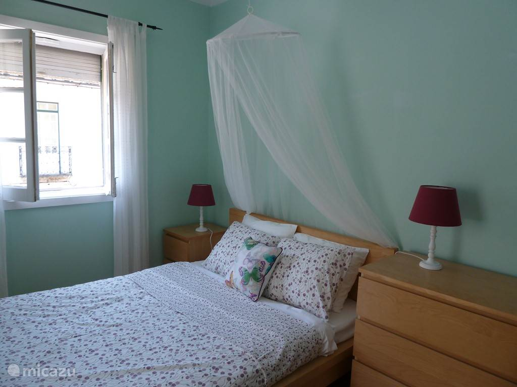 De hoofdslaapkamer met twee-persoonsbed heeft een aparte inloopruimte  met garderobekast.