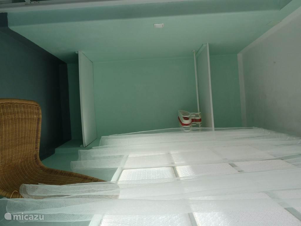 De ruime inloopruimte van de hoofdslaapkamer.