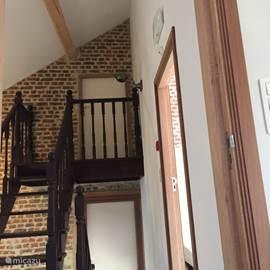 Doorkijkje van de trap vanuit de woonkamer