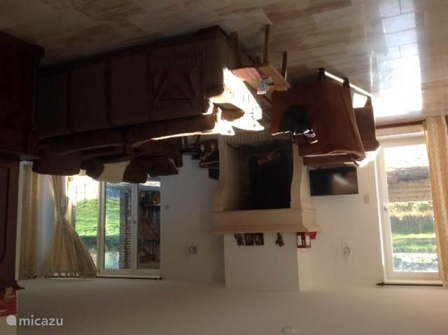 De woonkamer, 80 vierkante meter, heeft ook een grote ronde eettafel