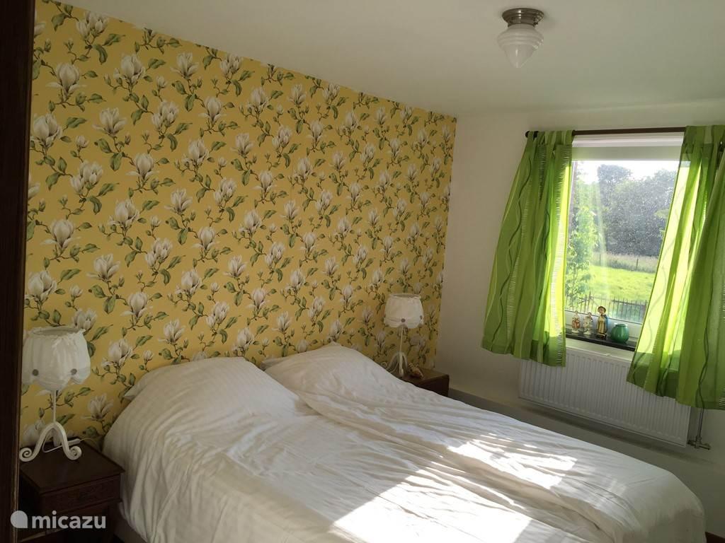 De 'Magnolia', de kleinste van de kamers (14 m), uiteraard wel met eigen badkamer. Tweepersoonsbed, lekker licht met geel behangetje!