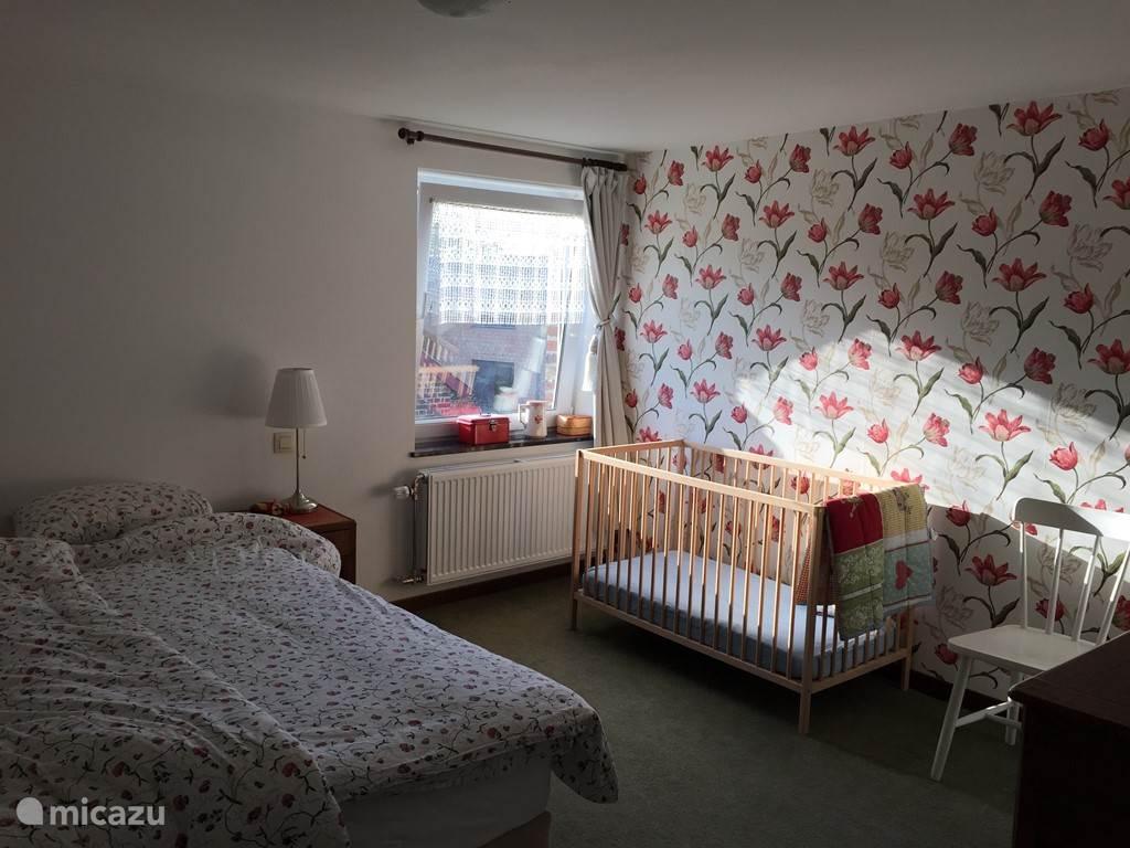 De Tulp, uiteraard ook met eigen badkamer, het kinderbedje kan natuurlijk ook naar een van de andere kamers.