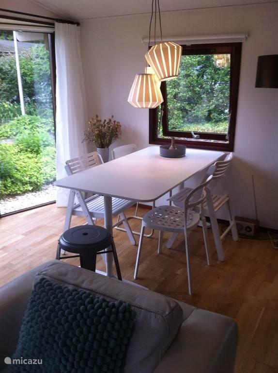 Eettafel met 4 stoelen en een kruk, extra kruk aanwezig