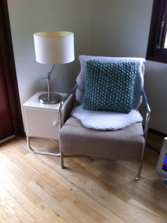 Vintage kastje naast moderne stoel.