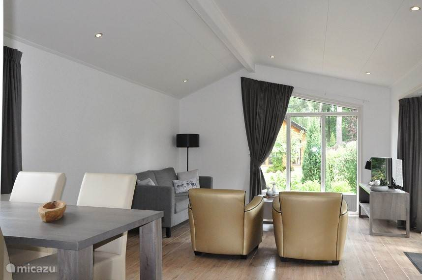 Zeer ruime en luxe woonkamer van maar liefst 30 m2...