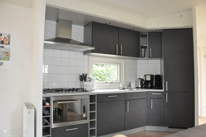 De keuken is voorzien van alle gemakken: Combi Magnetron (met oven functie), kooktoestel (gas), Koel-vries combinatie en vaatwasser.
