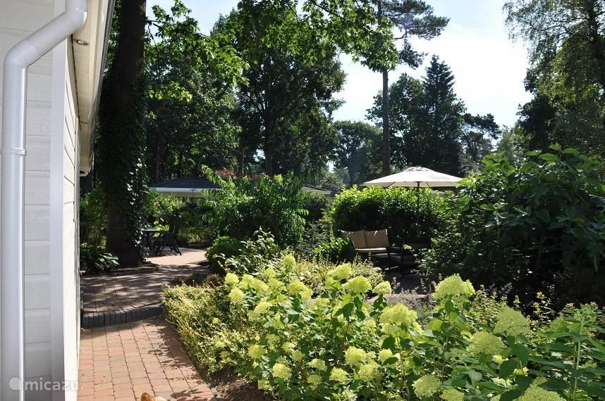 De chalet ligt daarnaast op maar liefst ruim 390m2... Heeft een prachtige tuin, is gelegen op het zuiden, heeft een eigen parkeerplaats en veel privacy...