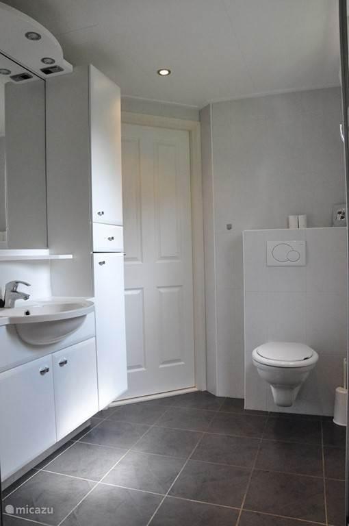 De badkamer is daarbij groot met veel ruimte...