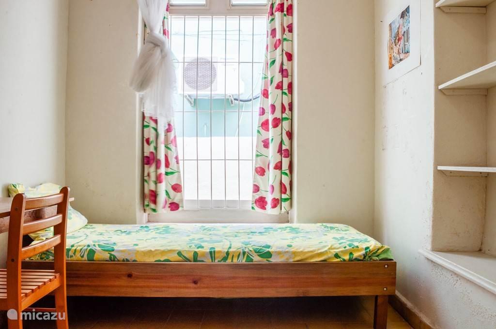 Enkele Slaapkamer. Dichtste bij de badkamers en met wat extra opbergruimte.
