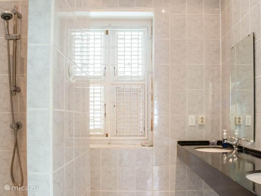 2 Moderne en Identike Badkamers voor Gemeenschappelijk Gebruik.