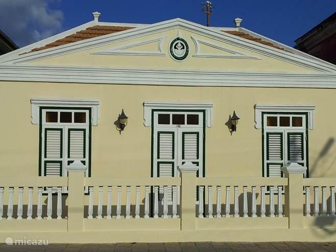 Poppy Hostel Curacao Voorgevel gezien van de Mgr. Niewindtstraat. Dit UNESCO monument is in 1904 gebouwd en in 2006 volledig gerestaureerd en gerenoveerd.