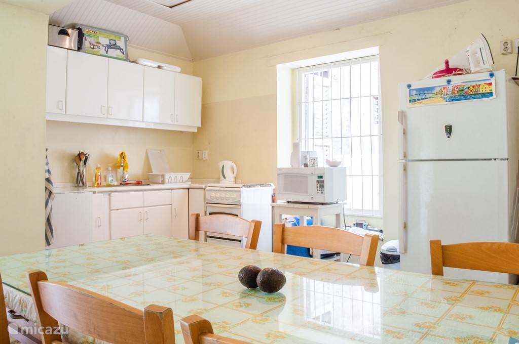 Volledig uitgeruste keuken voor gemeenschappelijk verbruik. Sinds deze foto is al de keuken aparatur (behalve het fornuis) vervangen. Deze ruimte word minimaal 2x per week schoongemaakt. Wij vragen ook dat gasten hier een oogje in het zeil houden. Het is tenslotte geen Hotel