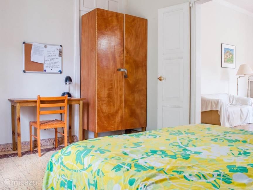 Dubbele Kamer (Prive), Queen Size bed en mogelijkheid om +1 Enkel Bed bij te zetten. (3Pax Max). Dubbele deuren openen op de zitkamer. Deze kamer heeft 2 ramen en een uitzicht op de voor porch.