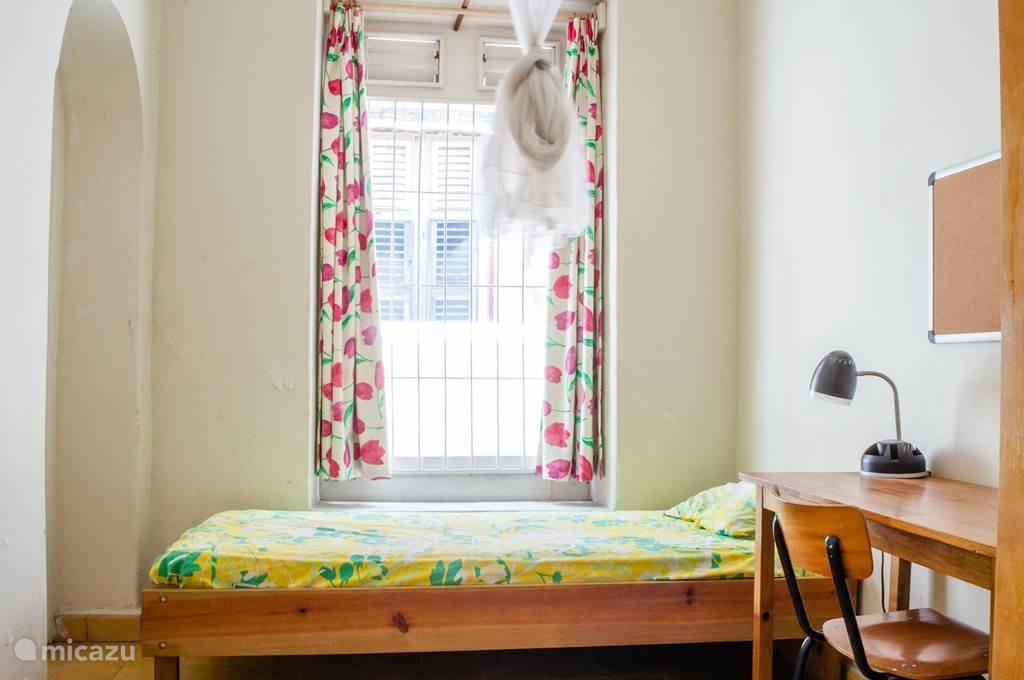 Enkele slaapkamer. Deze is het dichtst bij de keuken.