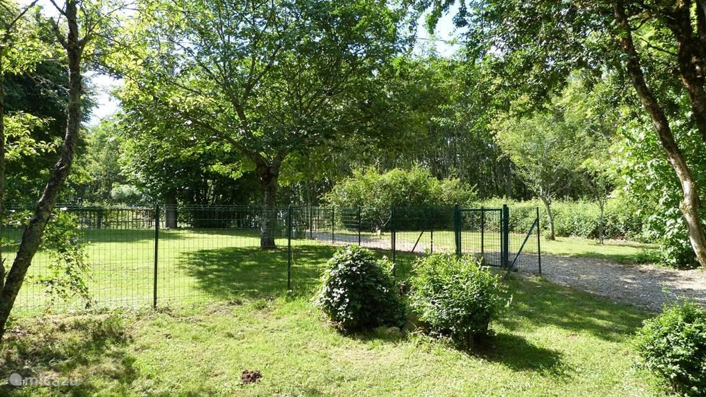 Een omheinde grote tuin bij La Grande.