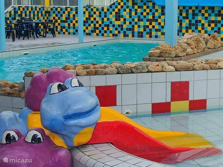 Overdekt zwembad geopend van april t/m oktober.