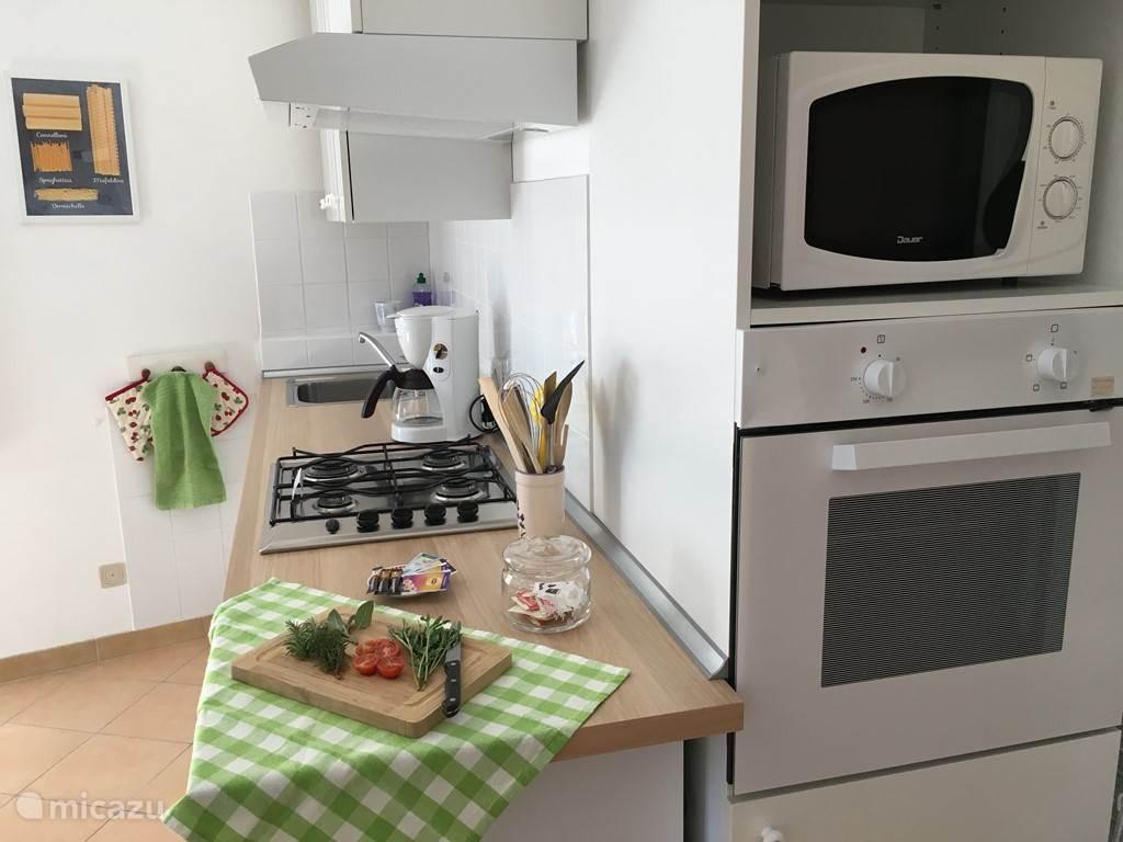 Complete keuken voorzien van alle gemakken, incl vaatwasser
