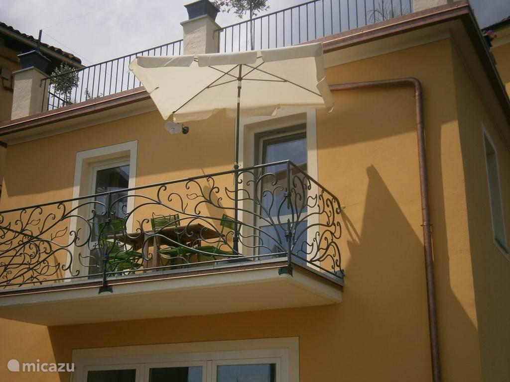 Een ruim balkon met panoramisch uitzicht.