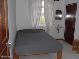 slaapkamer met bad en toilet woning 1 (kleine woning links)