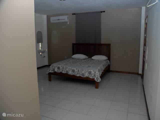 slaapkamer met bad en toilet woning 2 (grote woning rechts)