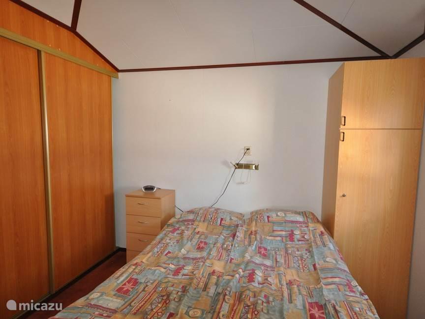 tweepersoons slaapkamer (voorzien van 2 aparte bedden en 2 eenpersoonsdekbedden)